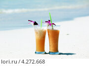 Два бокала напитка на берегу моря. Стоковое фото, фотограф Вера Мезенкова / Фотобанк Лори