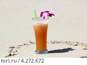 Стакан сока на берегу моря. Стоковое фото, фотограф Вера Мезенкова / Фотобанк Лори