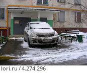 Купить «Машина, припаркованная на тротуаре, улица Хабаровская, район Гольяново, Москва», эксклюзивное фото № 4274296, снято 3 февраля 2013 г. (c) lana1501 / Фотобанк Лори