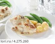 Купить «Курица с соусом из белого вина, картофелем и зеленым горошком», фото № 4275260, снято 16 декабря 2017 г. (c) Food And Drink Photos / Фотобанк Лори