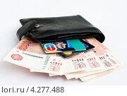 Купить «Пятитысячные купюры и банковские карточки в чёрном мужском кошельке», эксклюзивное фото № 4277488, снято 8 февраля 2013 г. (c) Игорь Низов / Фотобанк Лори