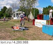 Гороховец. Пужалова гора. Мотоциклист совершает прыжок на мотоцикле через лежащих людей (2007 год). Редакционное фото, фотограф Валерий Шитов / Фотобанк Лори