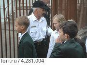 Купить «Охранник пропускает детей в школу», фото № 4281004, снято 1 сентября 2006 г. (c) Александр С. Курбатов / Фотобанк Лори