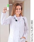 Купить «Приветливый врач-женщина держит спрей», фото № 4281980, снято 22 сентября 2012 г. (c) Яков Филимонов / Фотобанк Лори