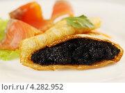 Купить «Блинчик с черной икрой», фото № 4282952, снято 22 января 2013 г. (c) Юлия Маливанчук / Фотобанк Лори