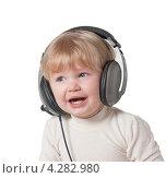 Купить «Портрет плачущего ребенка в больших музыкальных наушниках на белом фоне», фото № 4282980, снято 11 марта 2012 г. (c) Андрей Брусов / Фотобанк Лори