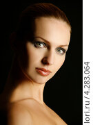 Девушка крупным планом на черном фоне. Стоковое фото, фотограф Наталья Фролова / Фотобанк Лори