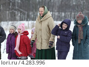 Купить «Зимние детские игры. Счастливые дети и пожилая женщина», эксклюзивное фото № 4283996, снято 10 февраля 2013 г. (c) ДеН / Фотобанк Лори