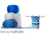 Вязание варежки из шерсти. Стоковое фото, фотограф Константин Лабунский / Фотобанк Лори