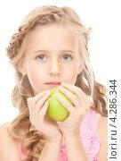 Купить «Веселая девочка со светлыми волосами и зеленым яблоком в руке», фото № 4286344, снято 28 августа 2010 г. (c) Syda Productions / Фотобанк Лори