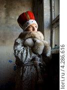 Купить «Молодая женщина в королевской шапке и зимнем пальто с меховым воротником стоит у окна», фото № 4286616, снято 26 февраля 2006 г. (c) Syda Productions / Фотобанк Лори