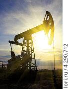 Купить «Нефтяная помпа на рассвете», фото № 4290712, снято 13 октября 2012 г. (c) Михаил Коханчиков / Фотобанк Лори
