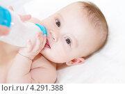 Купить «Пятимесячный малыш кушает детскую смесь из бутылочки», фото № 4291388, снято 15 февраля 2013 г. (c) ivolodina / Фотобанк Лори