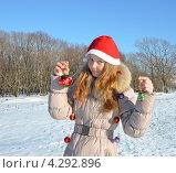 Девочка в Новогоднем колпаке с украшениями. Стоковое фото, фотограф Диана Линевская / Фотобанк Лори