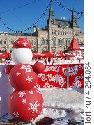 Купить «Снеговик около ГУМ-Катка на Красной площади, Москва», эксклюзивное фото № 4294084, снято 1 марта 2011 г. (c) lana1501 / Фотобанк Лори