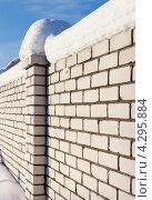 Купить «Забор из кирпича», фото № 4295884, снято 26 января 2013 г. (c) Александр Романов / Фотобанк Лори
