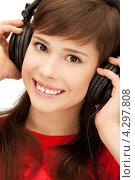 Купить «Юная девушка улыбается и слушает музыку на наушниках», фото № 4297808, снято 20 марта 2011 г. (c) Syda Productions / Фотобанк Лори