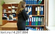 Купить «Сотрудница офиса складывает папки с документами на полку шкафа», видеоролик № 4297884, снято 17 февраля 2013 г. (c) Кекяляйнен Андрей / Фотобанк Лори