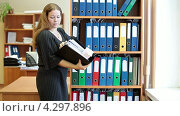 Купить «Женщина ищет нужную папку с документами на полках в шкафу», видеоролик № 4297896, снято 17 февраля 2013 г. (c) Кекяляйнен Андрей / Фотобанк Лори
