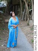 Купить «Красивая девушка в голубом индийском платье в дорожке аллеи», фото № 4298312, снято 14 сентября 2012 г. (c) Serhii Odarchenko / Фотобанк Лори