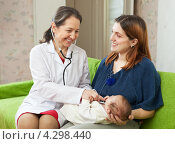 Купить «Педиатр осматривает маленького ребенка на дому. Счастливая мама держит на руках дочку», фото № 4298440, снято 24 ноября 2012 г. (c) Яков Филимонов / Фотобанк Лори