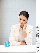 Купить «Молодая деловая женщина с будильником на столе в офисе», фото № 4298816, снято 18 июня 2011 г. (c) Syda Productions / Фотобанк Лори