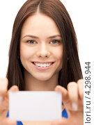 Купить «Молодая деловая женщина с белой визитной карточкой в руке», фото № 4298944, снято 16 июня 2019 г. (c) Syda Productions / Фотобанк Лори