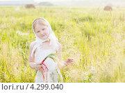 Купить «Девочка в косынке на лугу», фото № 4299040, снято 21 августа 2018 г. (c) Майя Крученкова / Фотобанк Лори