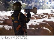 Сотрудник ОМОНа делает объявление с помощью мегафона. Стоковое фото, фотограф Никитин Владимир / Фотобанк Лори