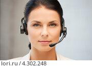 Купить «Приветливая сотрудница службы поддержки с телефонной гарнитурой на голове», фото № 4302248, снято 18 июня 2011 г. (c) Syda Productions / Фотобанк Лори