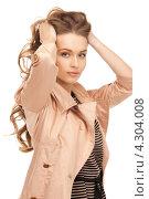Купить «Очаровательная молодая женщина в бежевом плаще», фото № 4304008, снято 10 октября 2010 г. (c) Syda Productions / Фотобанк Лори