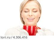 Купить «Замерзшая девушка греется о красную чашку», фото № 4306416, снято 30 октября 2010 г. (c) Syda Productions / Фотобанк Лори