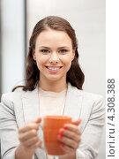 Купить «Привлекательная деловая женщина с кружкой в руках в офисе», фото № 4308388, снято 16 сентября 2019 г. (c) Syda Productions / Фотобанк Лори
