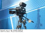 Профессиональная видеокамера на штативе (2013 год). Редакционное фото, фотограф Игорь Долгов / Фотобанк Лори