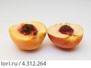 Две половинки нектарина. Стоковое фото, фотограф Артем Свистун / Фотобанк Лори
