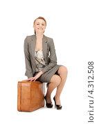Купить «Молодая женщина с рыжим чемоданом на белом фоне», фото № 4312508, снято 17 апреля 2011 г. (c) Syda Productions / Фотобанк Лори