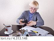 Купить «Пенсионерка вынимает деньги из кошелька», фото № 4313148, снято 20 февраля 2013 г. (c) Элина Гаревская / Фотобанк Лори
