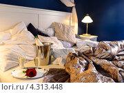 Купить «Пустая кровать с бокалами шампанского», фото № 4313448, снято 25 октября 2012 г. (c) CandyBox Images / Фотобанк Лори