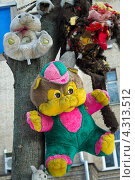 Мягкие игрушки на дереве на детской площадке (2013 год). Редакционное фото, фотограф Елена Григорьева / Фотобанк Лори