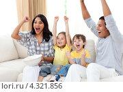 "Купить «Семейство ""болеет"" перед телевизором на диване», фото № 4321856, снято 12 октября 2009 г. (c) Wavebreak Media / Фотобанк Лори"