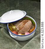 Купить «Кастрюля с говядиной и овощами в бульоне», фото № 4323888, снято 29 августа 2010 г. (c) Food And Drink Photos / Фотобанк Лори