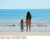 Купить «Мама с сыном у моря», фото № 4325124, снято 13 февраля 2013 г. (c) Ludenya Vera / Фотобанк Лори