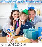 Купить «Семья веселится на день рождения сына», фото № 4325616, снято 18 октября 2009 г. (c) Wavebreak Media / Фотобанк Лори