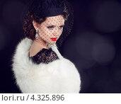 Купить «Красивая женщина в белой меховой накидке и шляпке с вуалью», фото № 4325896, снято 13 февраля 2013 г. (c) Photobeauty / Фотобанк Лори