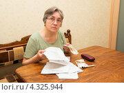 Купить «Пожилая женщина со счетами и деньгами», фото № 4325944, снято 21 февраля 2013 г. (c) Марина Славина / Фотобанк Лори