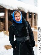 Купить «Симпатичная девушка в голубом платке на фоне деревенского сарая зимой», эксклюзивное фото № 4327520, снято 20 февраля 2013 г. (c) Игорь Низов / Фотобанк Лори