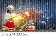 Купить «Девушка в белом поварском колпаке колдует на кухне, заставляя обед готовиться самостоятельно», фото № 4333676, снято 26 ноября 2012 г. (c) Sergey Nivens / Фотобанк Лори