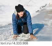 Купить «Испуганная женщина осторожно ползёт по тонкому льду реки», эксклюзивное фото № 4333908, снято 23 февраля 2013 г. (c) Игорь Низов / Фотобанк Лори