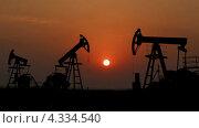 Силуэты работающих нефтяных качалок. Стоковое видео, видеограф Михаил Коханчиков / Фотобанк Лори