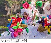 Купить «Карнавал в Пуэрто-де-ла-Крус, Тенерифе, Испания. Девочка в костюме, украшенном цветами», фото № 4334704, снято 16 февраля 2013 г. (c) Tamara Kulikova / Фотобанк Лори